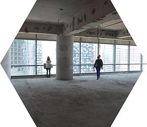 工事現場責任者同行のもと、建設中の物件視察